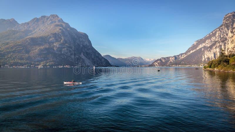 莱科, ITALY/EUROPE - 10月29日:划皮船在Lecc的科莫湖 库存图片