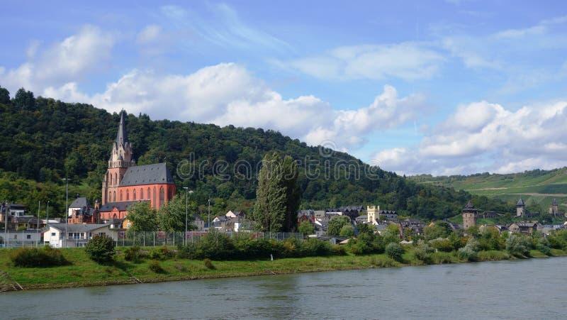 莱茵河岸、小船和历史建筑,教会,城堡 库存图片