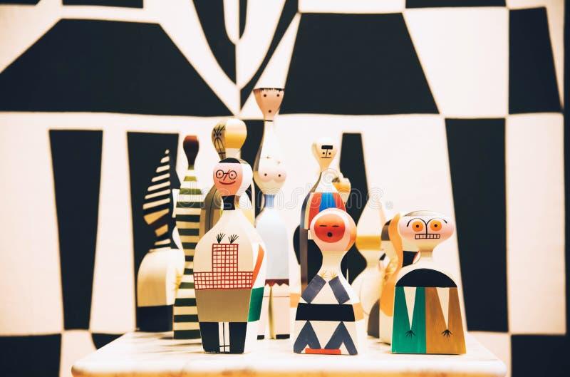 莱茵河畔魏尔,德国- 2017年11月26日:在VitraHaus大厦的木玩偶 库存照片