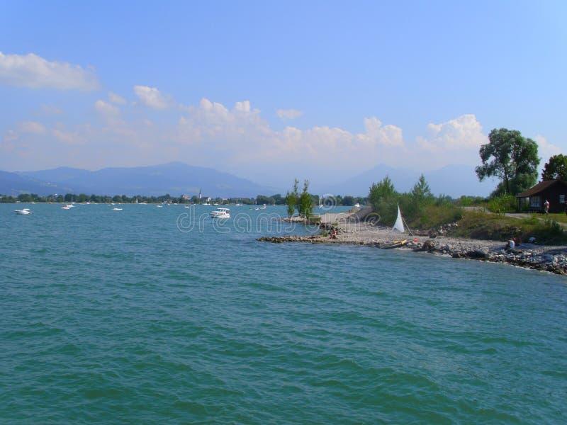 莱茵河的嘴在湖,湖的看法叫Bodensee,在布雷根茨奥地利附近的岸,有小船和帆船的, 库存图片