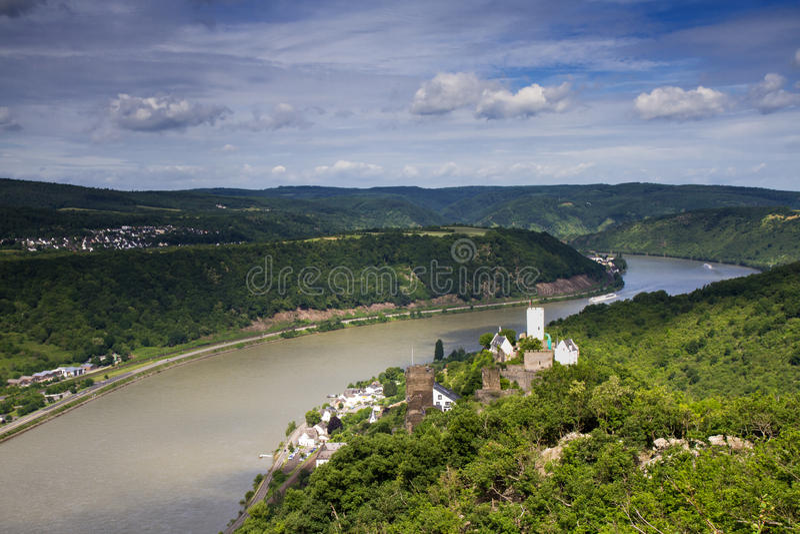 莱茵河谷的全景与城堡Sterrenberg的 免版税库存照片