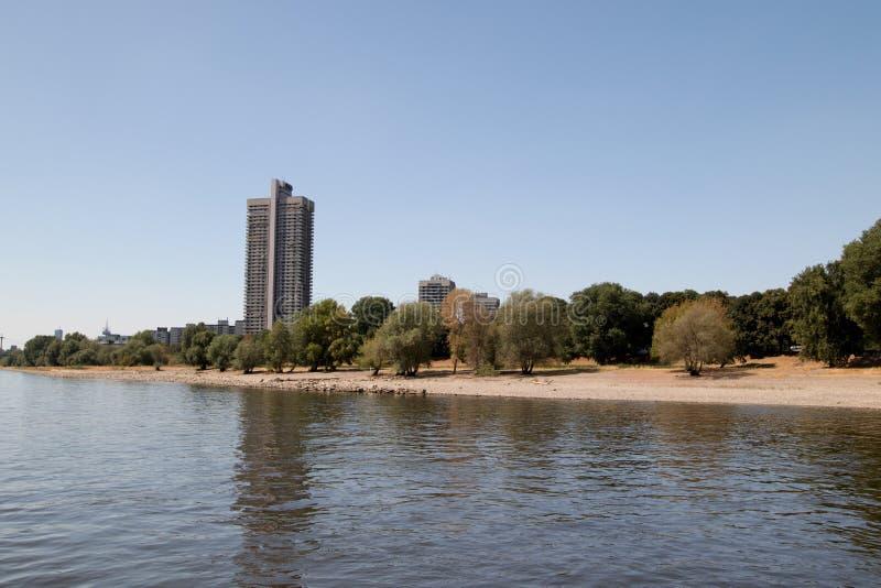 莱茵河银行的一个摩天大楼从莱茵河视域观看的科隆香水的在观光的小船旅行期间 图库摄影