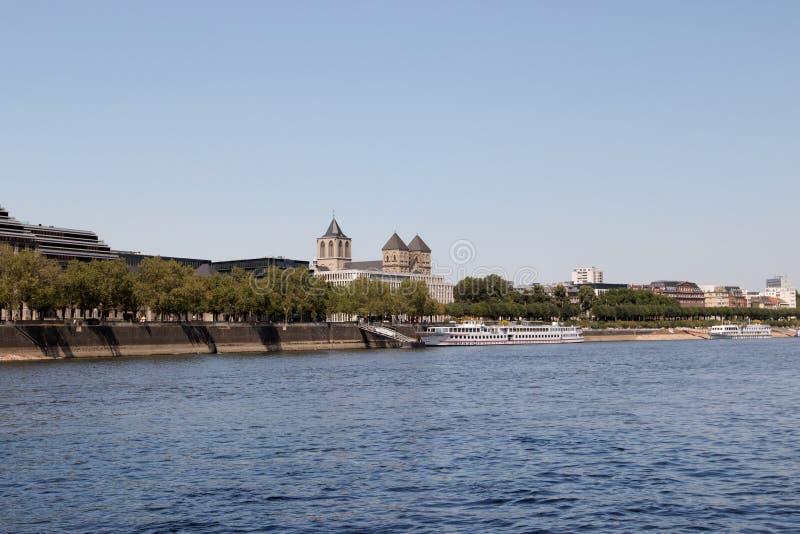 莱茵河银行的地平线从莱茵河视域观看的科隆香水的在观光的小船旅行期间 库存照片
