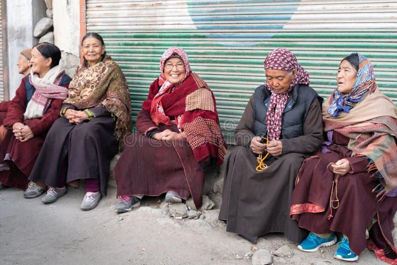 莱赫妇女坐在入口前面的小组对修道院 免版税库存照片