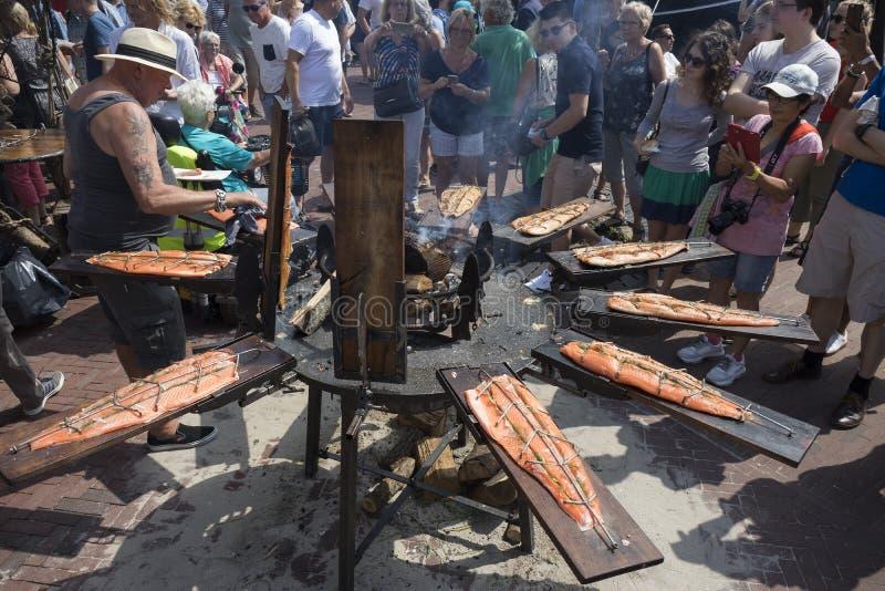 莱顿,荷兰- 2018年7月28日:抽烟的新鲜的三文鱼在期间 图库摄影