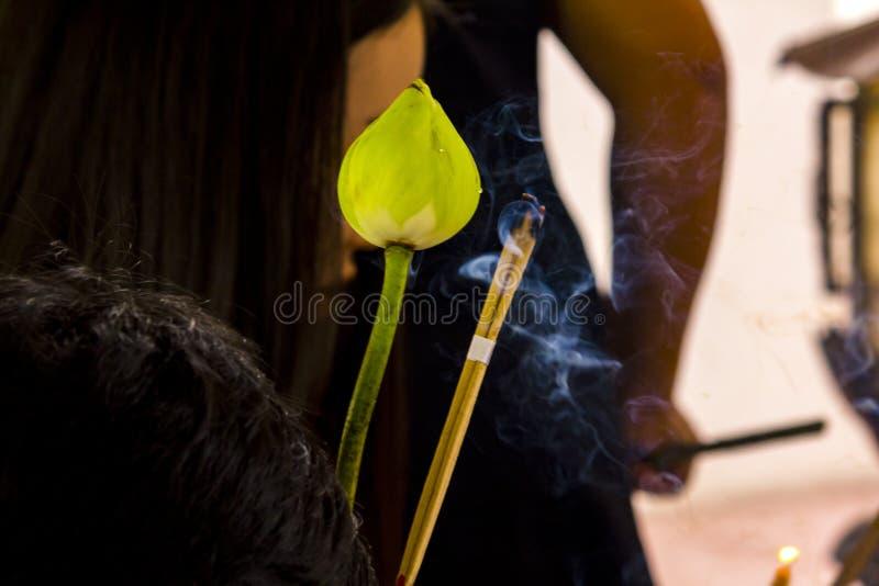 莲花和香火烟崇拜的 库存图片