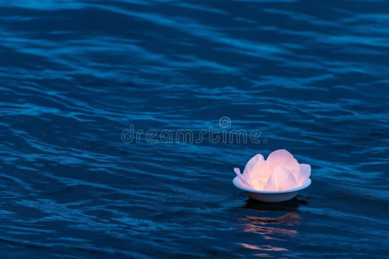 莲花水在漂浮在小河蚂蚁黄昏下的河表面顶部的灯笼灯 传统水灯被送在下 免版税库存图片