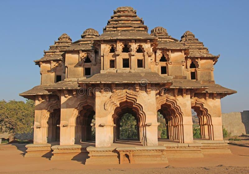 莲花玛哈尔寺庙在亨比,卡纳塔克邦,印度 被雕刻的美丽 库存照片