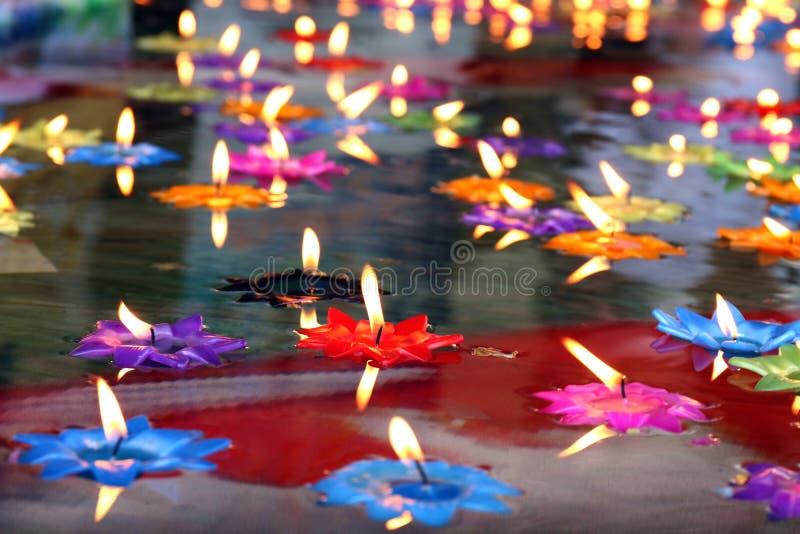 莲花蜡烛,灯,灯笼,光,浮动蜡烛是在水的表面浮游物烧的花莲花与佛教信仰 图库摄影