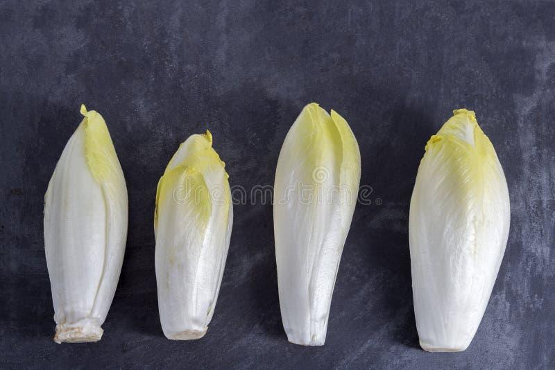 莴荬菜与美丽的软的绿色叶子的菊苣属endivia,排列在板岩桌上 免版税库存图片