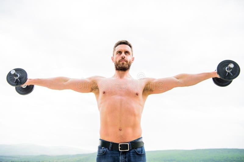 获取更多肌肉的忙碌 健康头脑在身体健康中 行使与哑铃的肌肉人 哑铃锻炼 库存照片