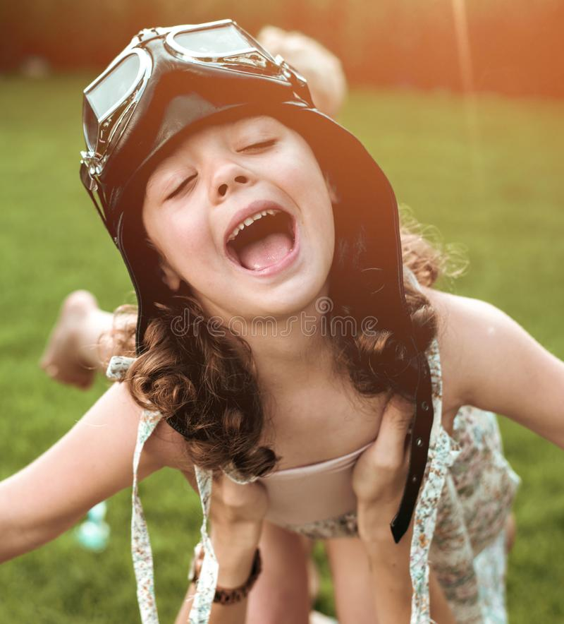 获得一个小飞行的飞行员女孩的画象乐趣 库存照片