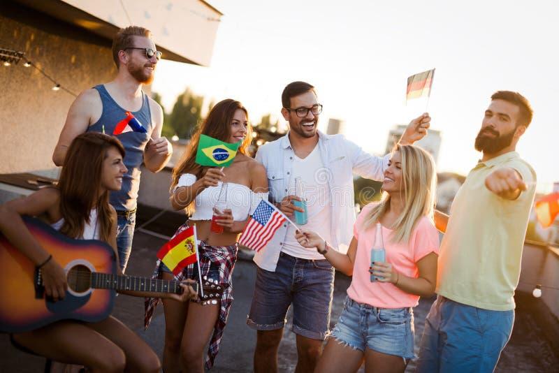 获得不同的culutres的朋友乐趣,促进和平,不用种族偏见 免版税库存照片
