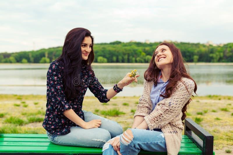 获得两个俏丽的姐妹的女孩乐趣一起 免版税库存照片