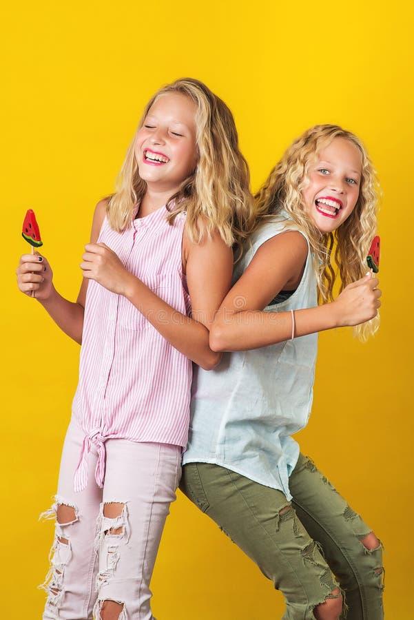 获得两个俏丽的学校的十几岁的女孩乐趣 免版税库存图片