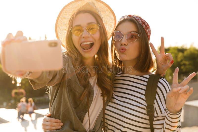获得两个可爱的女孩的朋友乐趣一起 图库摄影