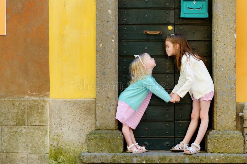 获得两个可爱的妹乐趣一起 免版税库存照片