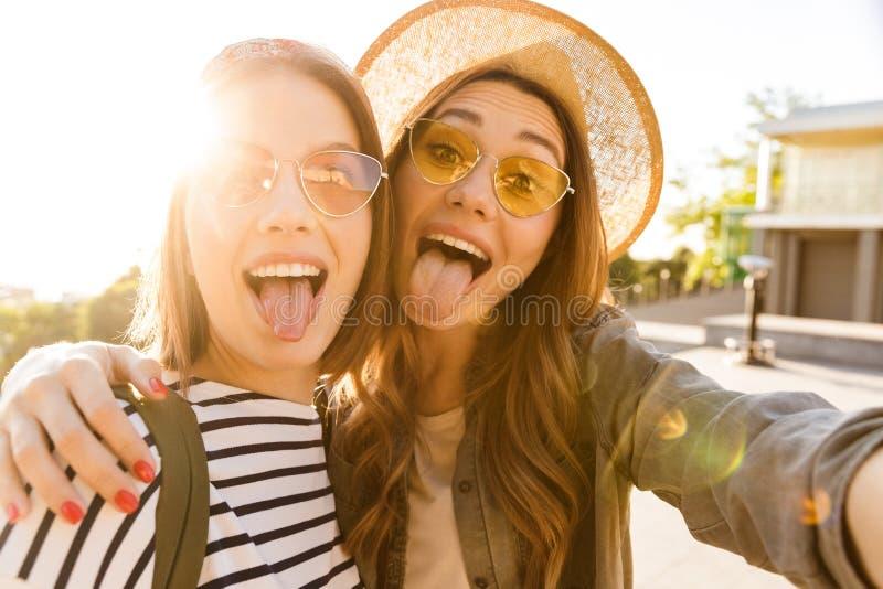 获得两个滑稽的女孩的朋友乐趣一起 免版税图库摄影