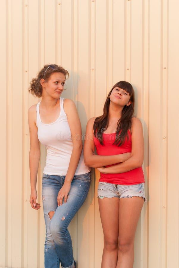 获得两个年轻的朋友乐趣一起 免版税库存图片