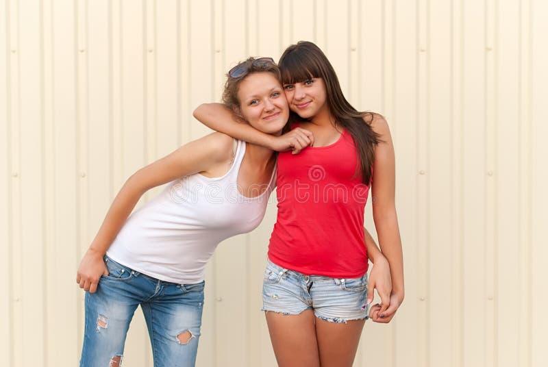 获得两个年轻的朋友乐趣一起 库存照片