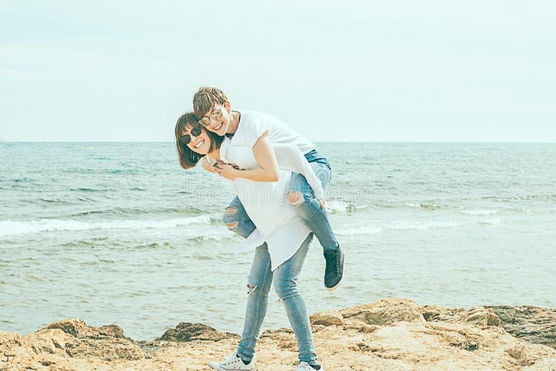 获得两名的妇女在海滩的乐趣 免版税库存图片