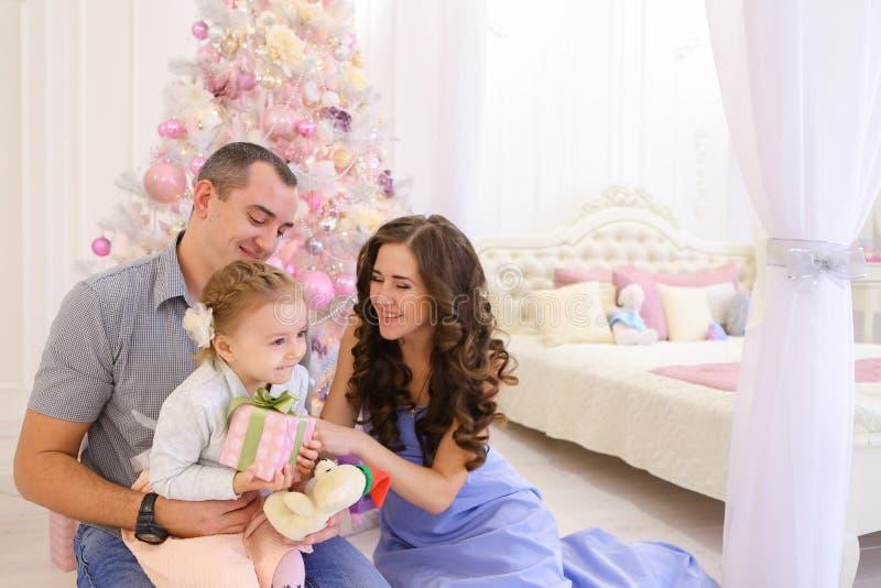 获得乐趣和一起笑在宽敞bedroo的愉快的家庭 库存图片