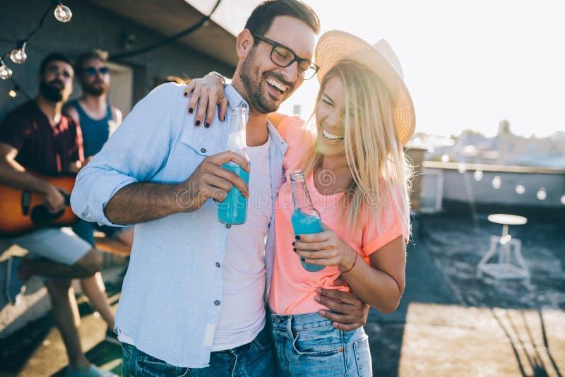 获得乐趣和享受党的愉快的年轻跳舞的夫妇在夏天 图库摄影