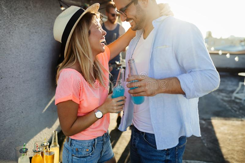 获得乐趣和享受党的愉快的年轻跳舞的夫妇在夏天 库存照片