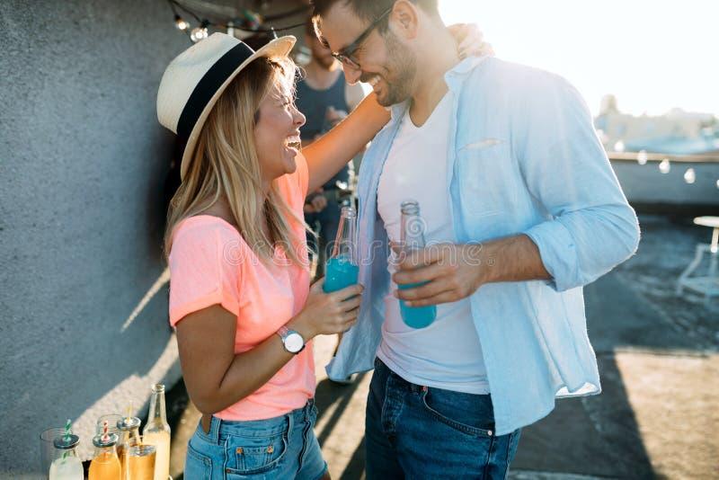 获得乐趣和享受党的愉快的年轻跳舞的夫妇在夏天 免版税图库摄影