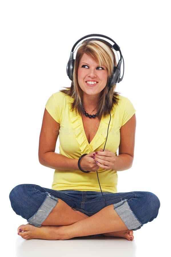 获得乐趣,当在耳机时的听的音乐 免版税库存照片