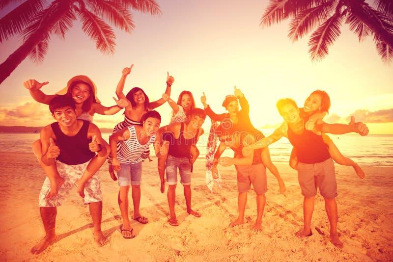 获得五对的夫妇在海滩的乐趣 免版税库存图片