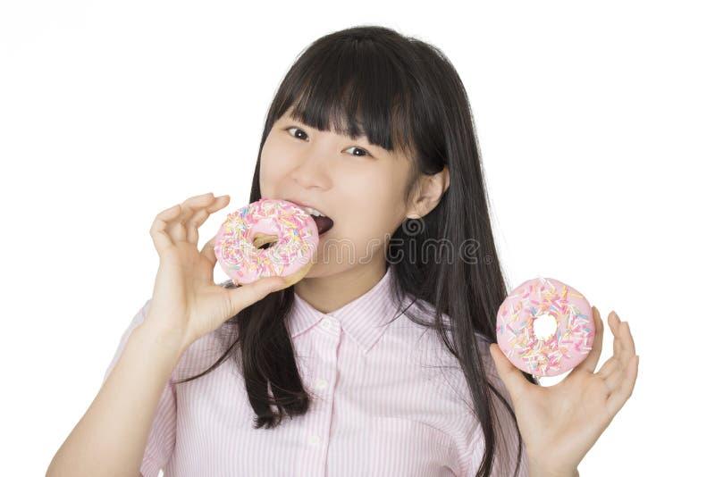 获得亚裔的妇女一些乐趣用结霜的可口草莓做 免版税库存图片