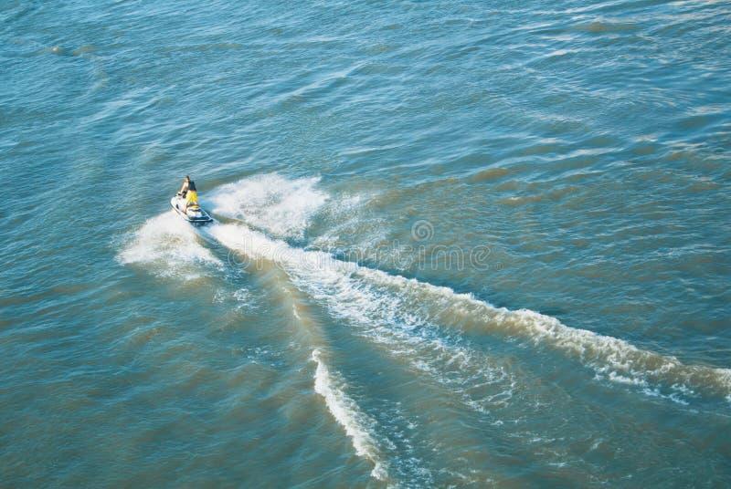 获得人转动的骑马的一张顶视图在喷气机滑雪机智的乐趣每l 免版税图库摄影