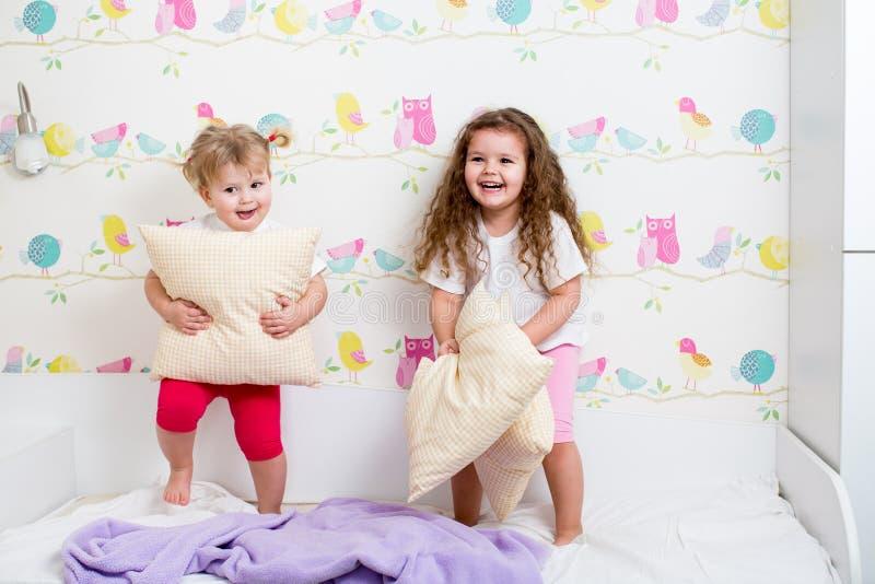 Download 获得儿童的姐妹乐趣 库存图片. 图片 包括有 愉快, 快活, 战斗, 逗人喜爱, 放血, 女孩, 白种人 - 30331579
