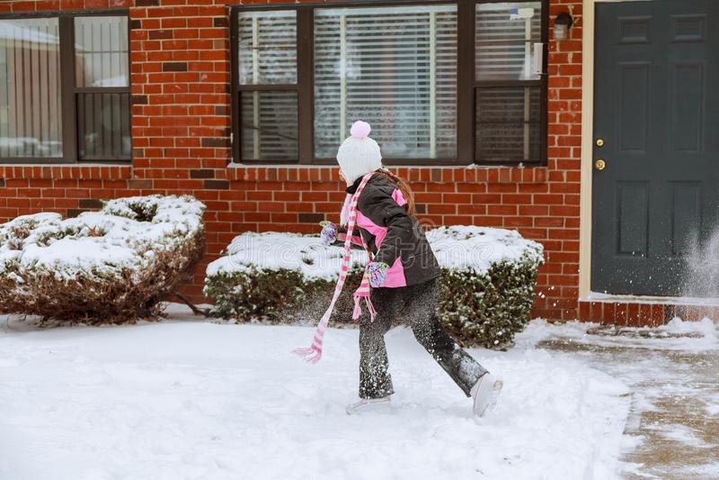 获得可爱的小女孩乐趣在冬日 免版税库存图片