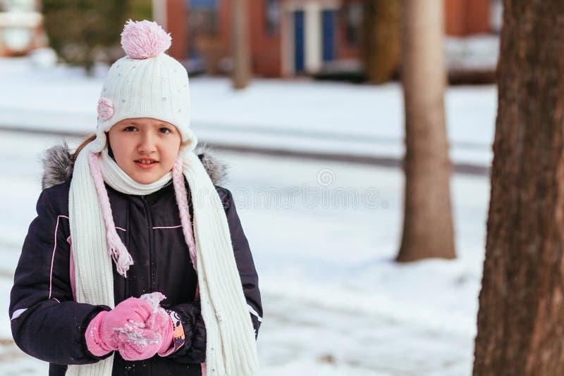 获得可爱的小女孩乐趣在冬日 免版税库存照片