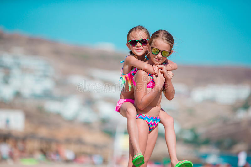 获得可爱的小女孩乐趣夏天海滩假期 库存图片