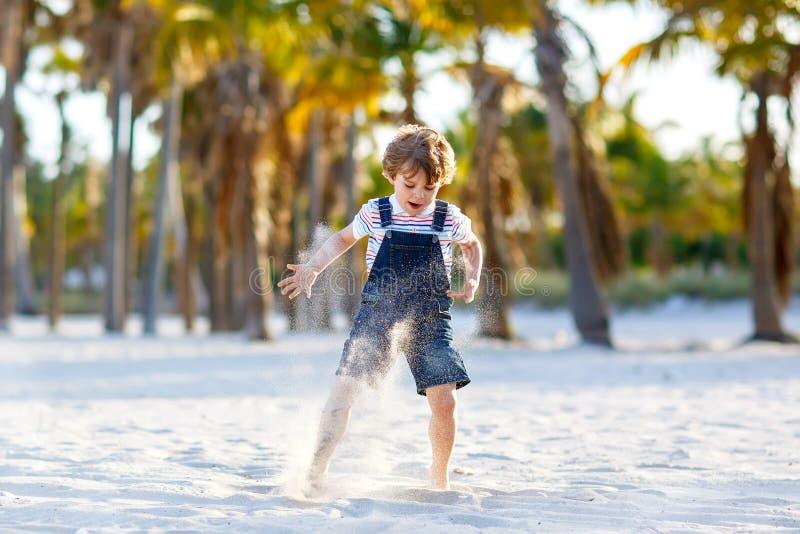 获得可爱的活跃小孩的男孩在迈阿密海滩, Key Biscayne的乐趣 愉快逗人喜爱儿童放松,使用与沙子和 免版税库存照片