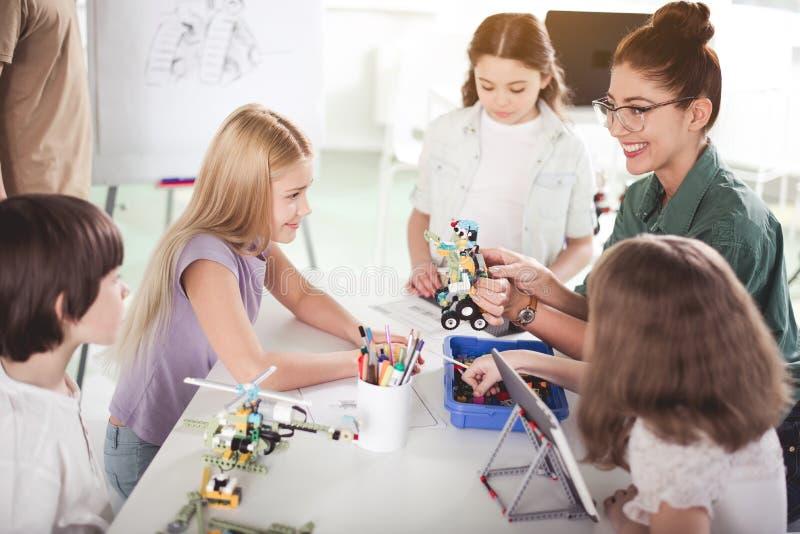 获得喜悦的老师与孩子的乐趣 免版税库存图片