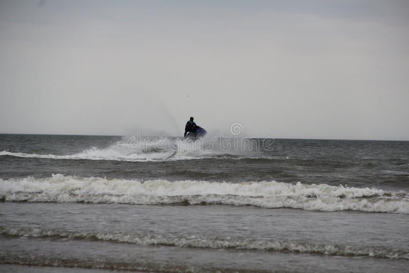 获得喷气机的滑雪在海的乐趣 免版税库存图片