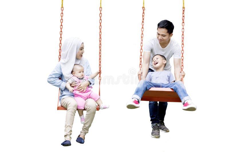 获得回教的家庭在摇摆的乐趣 免版税图库摄影