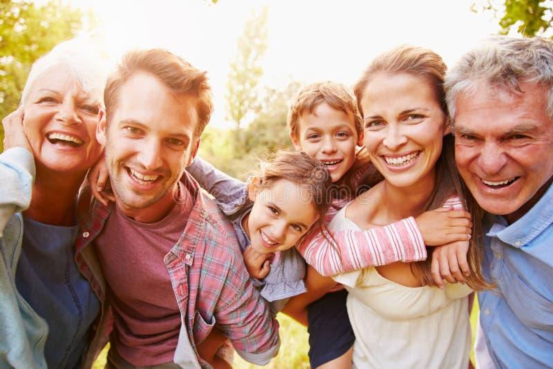 获得多代的家庭乐趣一起户外 免版税图库摄影