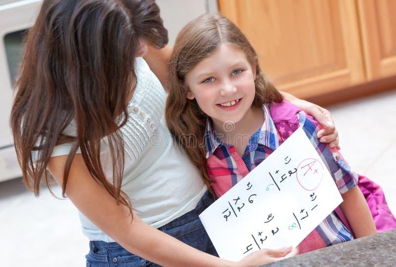 获得女孩好分级她的家庭作业一点 免版税库存图片