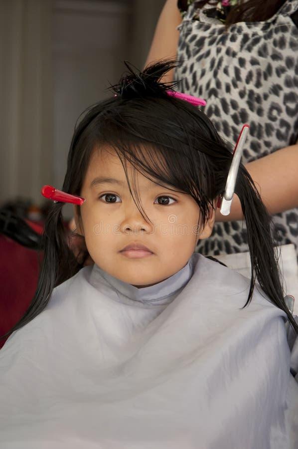 获得女孩理发年轻人 图库摄影
