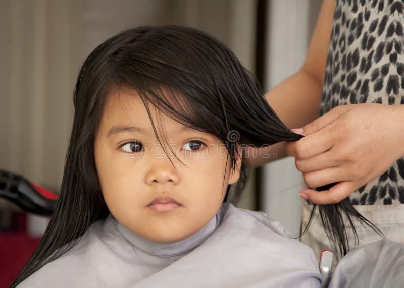 获得女孩理发年轻人 免版税库存照片