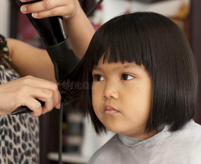 获得女孩理发年轻人 免版税库存图片