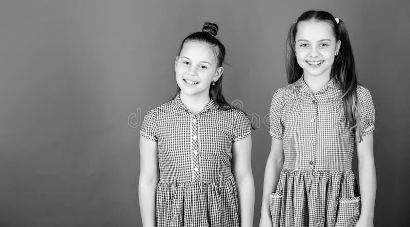 获得女孩的姐妹乐趣一起 r e 愉快的一起儿童游戏 有姐妹是 库存图片