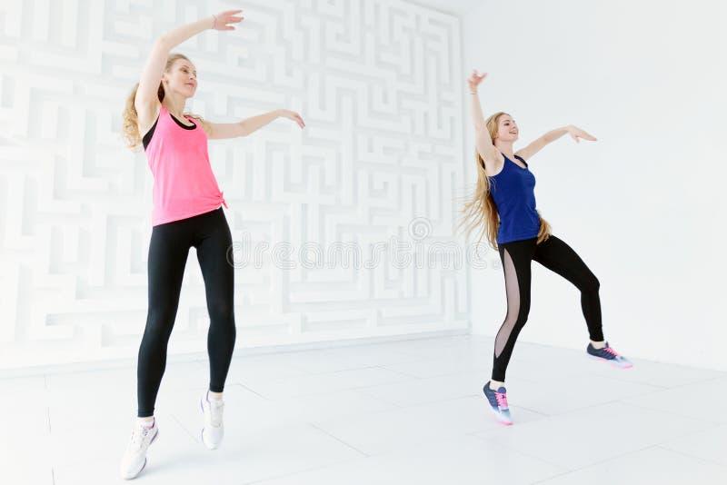 获得小组两名年轻人适合的妇女乐趣,当跳舞时 库存照片