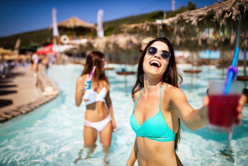获得小组的朋友乐趣在度假暑假 生活方式、友谊、旅行和假日概念 库存照片
