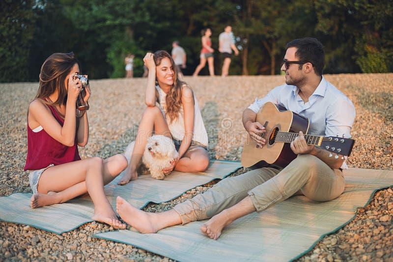 获得小组的朋友在海滩的乐趣 图库摄影